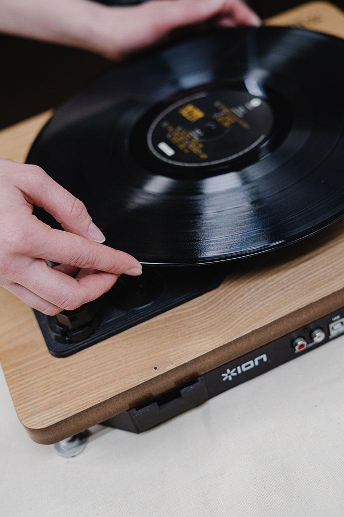 Gramofon i ploca by cottonbro